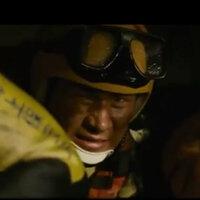 『BRAVE HEARTS 海猿』について質問します。 村松機長を助けている時に嶋さんが隊長に首を振りましたがあれは何の意味ですか?