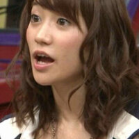 この大島優子ちゃんみたいな巻き髪はどうすればできますか?  普通に巻いててもこんなふうにならないんです(>_<)   お礼は100枚です。 お願いします!