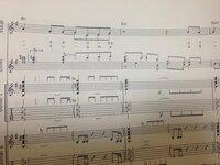 キーボードの楽譜なんですが、下のように(2xとなっているところは、2回目に弾くというのはわかったのですがこの楽譜を見てもどこが1回目でどこが2回目かがわかりません…。音源を聞いて聞き分けるのでしょうか? ...