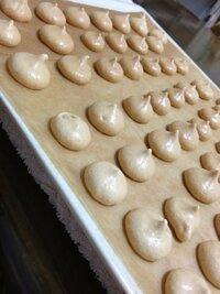 メレンゲクッキーを作ったのですが、ベタベタします。   閲覧ありがとうございます。先日メレンゲクッキーを作ったのですが、ベタベタして、クッキー同士くっついちゃいました。 クッキングペーパーから剥がす時 に手を使ったのがいけなかったのでしょうか?  ベタベタしない方法・させない方法があったらお教え下さい。  卵白-2個ぶん 砂糖-50g