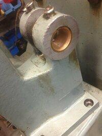 カムの軸受け何故真鍮? 30年前の設備をバラして組み付けをしてます。 カム式の機械なのですがカムから伝達するローラーの軸受け ※写真あり が真鍮で出来ておりました。  【1】ふと疑問なのですが、なぜベア...