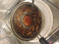 塩茹で落花生を作ったことある方教えてください。 お湯がこれだけ茶色になり、中のピーナッツまで茶色に変色してしまいました;; 食べてみたところ。柔らかくはなってますがすごい苦い...  落花生と同時に塩をおおさじ6杯(適当)を、沸騰したお湯(普通の鍋)に入れて、30分ぐらい茹でました。 やり方が間違ってたんでしょうか?  おいしく茹でる方法を教えてくださいm(_ _)m