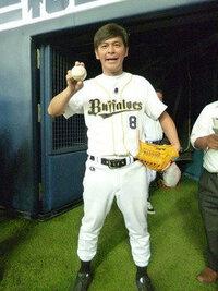 オリックスファンの方に質問します。 オリックスの選手で球場のオリックスファンが着用しているユニフォームの人気選手は誰ですか?  やはり、糸井選手でしょうか? 画像は、ますだおかだ岡田さんです。