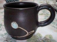 焼き物(陶器)に詳しい方に質問です。 こちらのマグカップの陶芸家さんは分かりますか? 数年前、栃木県益子町で毎年開催されている陶器市で購入したマグカップです。個人的にすごく気に入り、この陶芸家さんからもう少し買い足したいと思っているのですが、何というお名前の陶芸家さんかわからず、こちらで情報を集めたいと思い質問させていただきました。  益子町の観光協会にはすでに問い合わせましたが、わから...