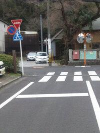 狭い道から優先道路へ出る時横断歩道が有ってその手前に停止線があります。 この停止線で一旦停止しなければならないのでしょうか。 そもそもこの停止線の役割は何でしょう。