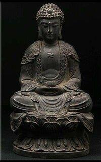 仏壇、曹洞宗の本尊像についての質問です。 私は曹洞宗の檀家でございまして、 現在、掛け軸のお釈迦様と道元禅師と瑩山禅師?の掛け軸を仏壇にかけております。 下記の骨董、古美術にあった銅製のお釈迦様の置...