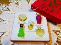 ミニ香水セットを友達の誕生日にプレゼントしようと思っているのですが‥おすすめのブランドなどありますでしょうか?? あと、この写メの香水セットは どこのブランドか教えて下さい。