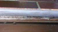 シロアリ駆除について 助けてください! 大量の羽アリが発生しました。場所は画像の風呂場のタイルの後ろの柱の模様でところどころ穴が開いてます。  駆除するにはどうすればいいのでしょうか?(>_<)  出来れば壊したりはしたくないのですが、業者に相談すべきか自分で対策できる範囲なのか詳しい方の意見をお聞きしたいです。 宜しくお願いします!