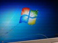Windows7 画面にブロックノイズのようなのが出ます…  BIOSやLinuxを起動させている時は画面は正常に表示されているのですが、Windows7をインストールして起動したところ、ブロックノイズのよ うな複数の斑点が...