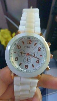 今日「GENEVA」というメーカーの時計を買いました。(添付写真参照) クウォーツ式の腕時計です。時刻は設定できたのですが、インダイアルの調節ができません。 まず3つのインダイアルがそれぞれ何を表しているかが分かりません。 インダイアル付の腕時計は初めてなので、少々困っています。 何か午前午後とかあるようですが、今この状態で午前午後なのか分かりません。 時刻は動かしていません。 ...
