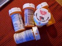 アメリカの薬について  アメリカの方が服用する薬は、みんな画像のようなボトルに入っているんですか? ドラマとかを見ていると、「睡眠薬」や「精神安定剤」はこのようなボトルに入っています。  病院でもらう「かぜ薬」なんかもみんなこういうボトルに入っているんですかね?