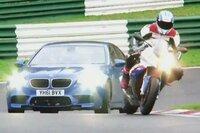 なぜ最近のバイクてクルマより速いのですか。  海外の動画とか見ているとバイクvsクルマとかいってサーキットで競争している画像が多いですが。 たいがいの場合はバイクが勝ってしまっています。 昔からバイクvsクルマだとタイヤが4本あるクルマのほうが速いというのが定説でしたが。 確かにレーシングバイクvsレーシングカーでタイムを比較すれば今もクルマのほうがサーキットでは速いですが。 なぜ...