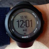 SUUNTO スントの腕時計 (画像拝借)これと全く同じ型のSUUNTOの腕時計を購入したく、ネットで検索したいのですが検索ワードが分かりません。  型番など分かる方、教えてください。
