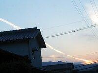 地震雲!? 最初は飛行機雲と思い 見てましたが 飛行機も飛んでないのに 雲だけが 、どんどん伸びていってました。 近々 地震がくるのでしょうか?
