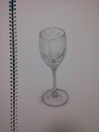 デッサンでワイングラスを書きました  私は芸術大学を希望している 高校2年生です。  初めてワイングラスを書いたのですが 透明感が全く出ません、それに上手くバランスもとれないです。 始めたばかりなので全然コツとかが わからないのでよろしければ 教えてください! この絵に対しても感想も教えて欲しいです!お願いします(..)