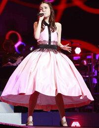 この女性のスカートを見てどう思いますか?  見て思ったまんまで感想をどうぞ。