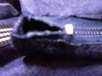 ファスナー 写真のところがうまく縫えません。  私はカバンやポーチ類をよく作ります。 これはトートですが、ファスナーが布地より短くなってしまい、指1本が入るすきまができました。 布の長さは50センチ...
