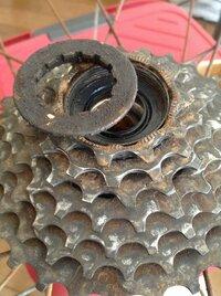 自転車のスプロケットの外し方がわかりません。 スプロケットリムーバーを使ってロックリング?は外したのですが、そこから先がわかりません。 固着しているだけで、思いっきり引っ張れば取れ るのでしょうか?...