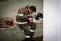 韓国はもう崩壊している? 消防服も支給されない (ノ∀`) ---------- 「防火服支給してください」消防士の子供が訴える https://youtu.be/cDwzW8QEMTI (YTN 2015-04-07)   今年2月に消防士の安全のための性...