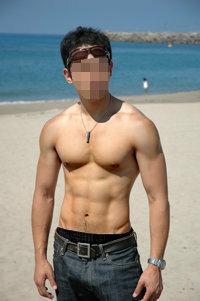 筋肉好きの女性に質問です。 これくらいの体つきをどう思いますか?  もっとマッチョのほうが良い? ちょうどいい筋肉?