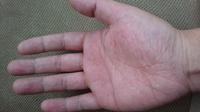 右手の手相占いお願いしてもいいでしょうか? ちなみに32才男です 来月33才になります。 肌色で血行はよい少しピンク、赤っぽい感じです(^-^)