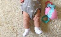 赤ちゃんの脳性麻痺について質問です。  生後4ヵ月半の赤ちゃんなのですが 写真のように起きているとき 足をピンっとすることが多いです。 それを少しのあいだ続けていることもあります。 寝ているときはあ...