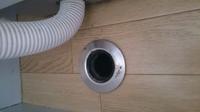 洗濯機の排水口が床に直接穴が開いています。*写真参照 これは、この穴に直接ホースを入れるだけでいいのでしょうか?   後、こういう問合せはどこに連絡したらいいのでしょうか?