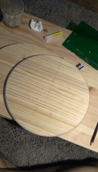 最初から丸く加工されている木材を買いました。  製作したいものが円の中心を正確に求めたいんですけど、  どこをどういう手段で図ったら良いかわかりません。  誰か教えていただけませんか?? よろしくお願いします。
