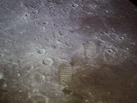 アームストロング船長の足跡  本当に「月面に」あるのでしょうか??  確かに人類最大の一歩! ↓