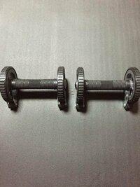 この筋トレ道具について。 この筋トレ道具で筋トレする時にひざをついてやるか、ひざをつけずにやるのだったら、どっちがオススメですか?   また、どちらのが効果ありますか?    教えてください。