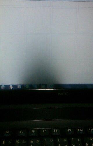 なる 暗く 画面 パソコン が
