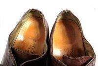 革靴の履き口の歪みを直す事は可能でしょうか? 添付画像のように歪んでしまっている革靴の履き口を100%ではなくてもよいので、 なるべくピシッとした状態に戻したいです。 革靴の修理屋さんなどに持ち込めば直せるのでしょうか?