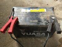トラクターのバッテリー交換についてお願いします。  写真のトラクター用バッテリーが上がりました。簡易の充電器で充電し使用しております。  そろそろ、交換を自分でしようと考え、品番を 確認したのですが...