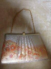 結婚式で振袖に合わせるバッグについて質問させてください。 画像のバッグはおかしいでしょうか? 20代後半未婚、振袖の色は紫です。
