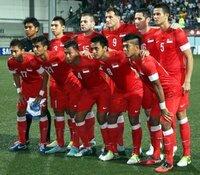東南アジアには白人が沢山住んでるのですか?  この東南アジアのサッカーチームには白人みたいな人がいるのですが、