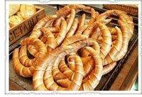 クレセントロールの作り方。  クレセントロール(つのパンと呼ばれているかもしれません)のレシピを教えてください。 配合や形成とうよければ詳しく教えてください。 画像のパンの作り方が載っているHPや本等ありますか?形成方法は下記動画のURLのような作り方なのか https://www.youtube.com/watch?v=LkbjKtaF2xI それともドイツのパンのヘルンヘンの様...