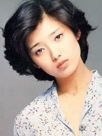 山口百恵さんを知らない世代の人から見ても、山口百恵さんは美人ですか?私は23で、百恵ちゃんが大好きで、カラオケでよく歌いますが、その時画面に百恵ちゃんが映ると、百恵ちゃんを知らない友達も「え!美人!」と 評判です。百恵ちゃんが実際に歌ってるかっこいい映像を見て欲しい…そんなおしつけしませんが^_^; 時代が変わると、「美」の基準も移ろってゆくのでしょうが、百恵ちゃんは、今の若い人から見ると、...
