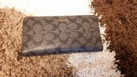 COACHの財布を購入しました COACHのCCの文字が左右非対称です これって偽物ですか?  どなたか教えてください!!