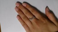 この指輪を私服の時につけていたら痛いですか?? ディズニーとか海外に行く時とか遊びに行く時なら変じゃないでしょうか? 来年大学生になる女子です。 意見をおねがいします!