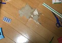 今住んでいる部屋の床 フローリングをキャスター付きの椅子で傷つけてしまいました。。 これやったら修理代いくらぐらい掛かるでしょうか?? 大きさはざっと30x30㎝くらいです。