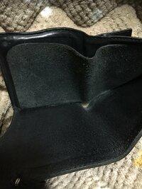 革財布のカビ 革製品に強い人回答お願いします。 革財布の内側がなんか緑がかってるんですけど、これってやっぱりカビですかね?