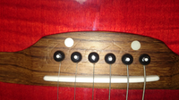 ギターのキズについて。 ギターに気になるキズがついてしまいました。  ピックによるキズとかガリキズとはまた違うのですが。  画像をご覧ください。   手頃なやり方で、目立たなくできる方法をご存知でしたら教えていただきたいです。  よろしくお願いいたします。  アコギ アコースティックギター エレアコ 木材 傷 クリーニング