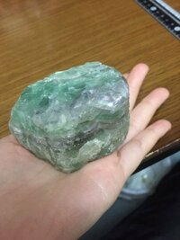 石の鑑定をしてほしいです!!これは5年くらい前に公園で拾った石なんですが なんていう石なのか知りたいです。  色は写真の通り緑っぽいかんじです  ところどころに紫の線?みたいなのが入ってます  重さは400グ...