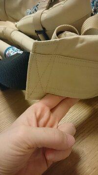 エルゴベビーの抱っこひもについて。偽物か本物か? 正規品を購入された方に確認したいのですが、腰紐ベルトが一部縫い付けられていない箇所がありますか?? (画像参照) 先程気づいて気になったもので。。 確実に正規品を持ってらっしゃる方に確認していただきたいですm(__)m