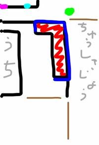 隣の家の境目に花壇を作ってしまいました。 迷惑だったでしょうか。  お隣との境目には25〜30cmのブロックの上に腰くらいの高さのフェンスがあるだけです(うちの敷地内です)。 そこに、境目 のブロックにくっ付けるような形で画像の赤の部分に高さ19cmのコンクリートブロックでL字に花壇を作りました。 ピンクの部分にお隣さんの玄関があり、水色の部分に和室の小窓があり障子が張られています...