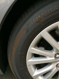 縁石でタイヤの側面を擦ってしまいました。タイヤ交換必要ですか?