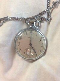 WALTHAMの懐中時計に詳しい方に質問させていただきます。 いつのものかもわからない懐中時計が祖父の家で眠っていました。 いつの時代の物なのか、どれほどの価値のものなのか…  情報としましては、表は画像参照  裏は開く形になっていて、歯車の方には Waltham、seven jewels、U.S.A その文字の反対側には 2 7525956 と書かれてあります。  開いた蓋の裏には ROY...