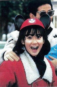 岡田有希子さんの自殺直後の写真でカラーものがネットにありますが、どうして存在するのですか?確か当時の各新聞、週刊誌等はどれも白黒だったはずでは?