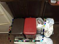 ゴミ箱周りの使い勝手が悪いので、正確にはゴミ箱の後ろの棚が使いにくいのでゴミ箱をキャスター付きのすのこ的なものに乗せて出し入れできるようにしようと思っているのですが完成像が思い浮かびません。 ちょっ...