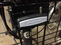 自転車のフロントバスケットの、ネジの上に付いているカバーの外し方を教えてください。
